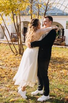 Młoda para zakochanych świętować swój mały ślub