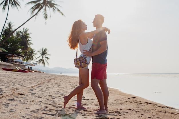 Młoda para zakochanych szczęśliwy na plaży latem razem zabawy
