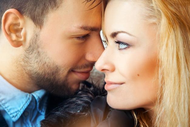 Młoda para zakochanych