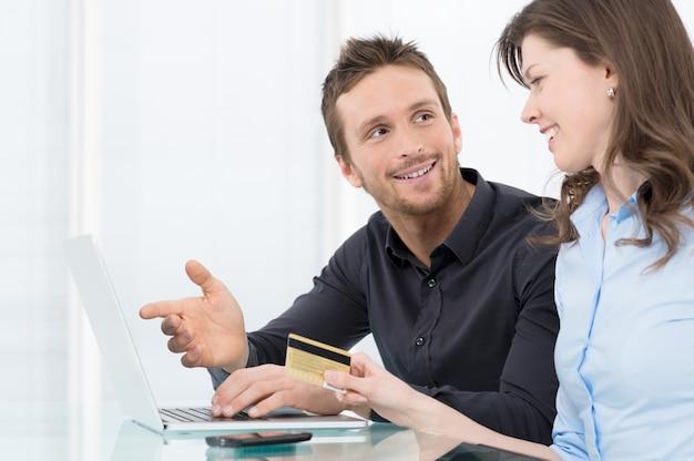 Młoda para zakupy online