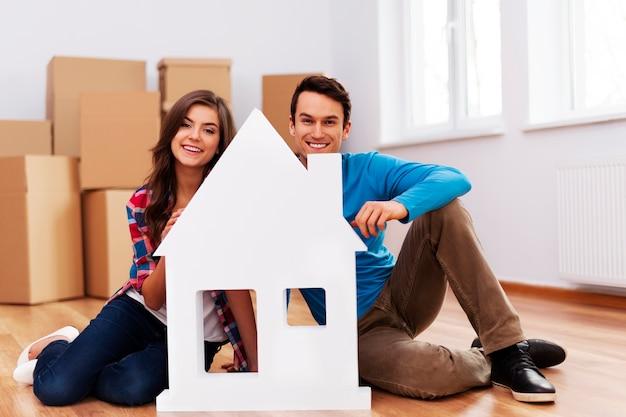 Młoda para ze znakiem domu