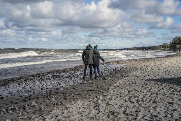 Młoda para zimnego morza bałtyckiego