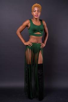 Młoda piękna afrykańska kobieta na czarno