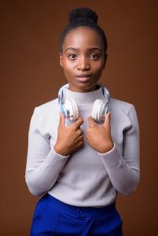 Młoda piękna afrykańska kobieta zulu ze słuchawkami