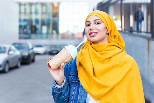 Młoda piękna arabka jest ubranym hidżab