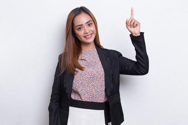 Młoda piękna azjatycka biznesowa kobieta myśli pomysł na białym tle