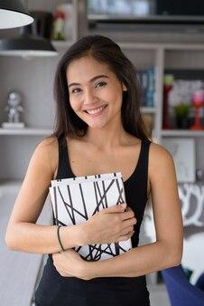 Młoda piękna azjatycka kobieta relaks w domu