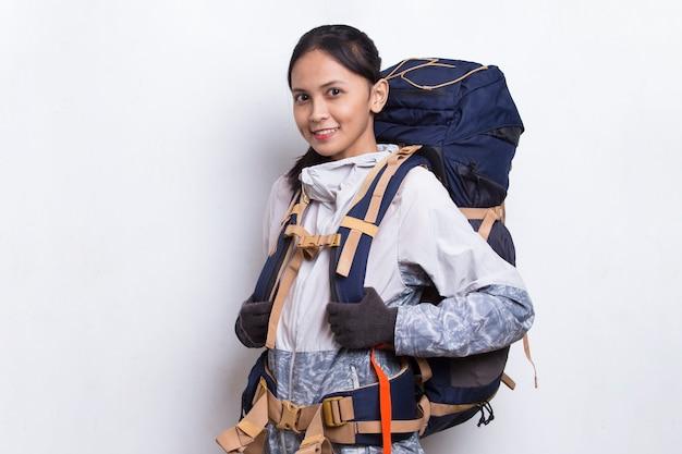 Młoda piękna azjatycka kobieta z plecakiem na białym tle