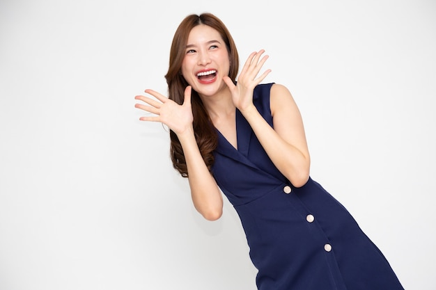 Młoda piękna azjatycka kobieta zaskakuje i zachwyca odizolowana na białym tle