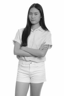 Młoda piękna azjatycka nastolatka na białym tle. czarno-białe zdjęcie