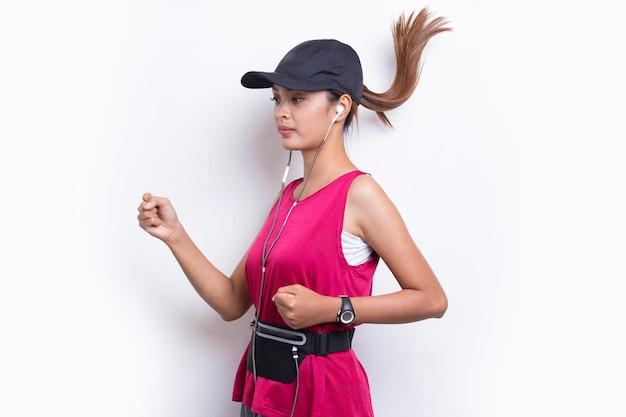 Młoda piękna azjatycka sportowa kobieta biegająca na białym tle