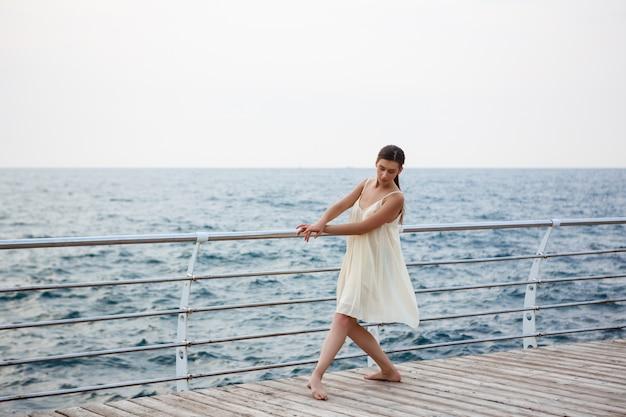 Młoda piękna balerina tanczy outside i pozuje