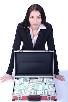 Młoda piękna biznesowa kobieta przedstawia mnóstwo pieniądze.