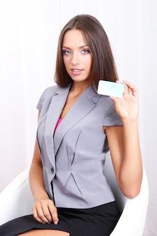 Młoda piękna biznesowa kobieta w biurze