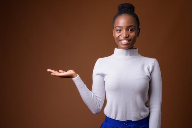 Młoda piękna bizneswoman afrykańskiego zulusów pokazuje miejsce na kopię