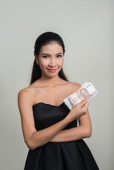 Młoda piękna bizneswoman azjatyckiego przeciw białej przestrzeni