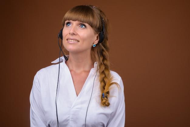 Młoda piękna bizneswoman pracuje jako przedstawiciel call center