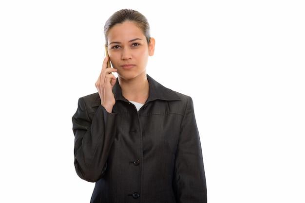 Młoda piękna bizneswoman rozmawia przez telefon komórkowy