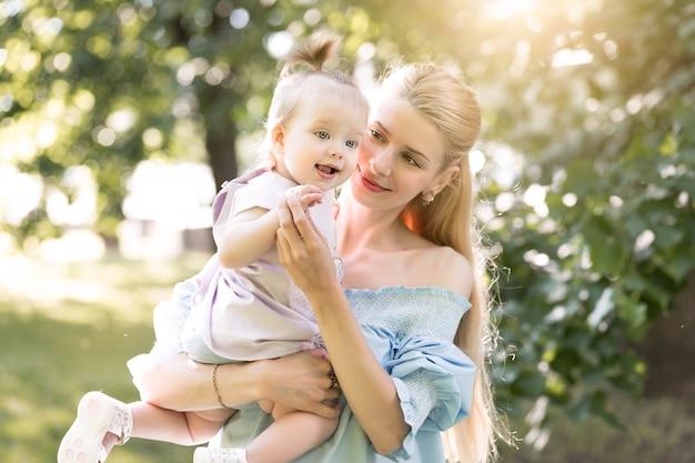 Młoda piękna blondynka matka ze swoją córeczką śmiejącą się razem