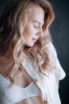 Młoda piękna brunetka buduar strzelanie model plus