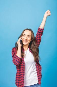 Młoda piękna brunetka kobieta krzyczy dumnie przez telefon