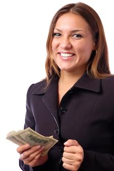 Młoda piękna brunetka w ciemnym garniturze liczy łatwe dolary i uśmiech. pojęcie korupcji i nieuczciwych zarobków