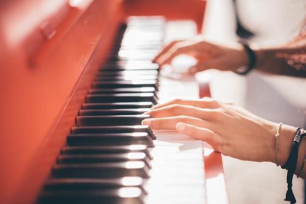 Młoda piękna caucasian dziewczyna bawić się pianino