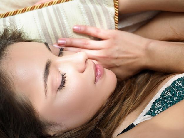 Młoda piękna caucasian kobieta bierze pokojową drzemkę samotnie przy jej dniem wolnym w domowym pokoju