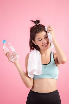 Młoda piękna dysponowana kobiety woda pitna po ćwiczenia