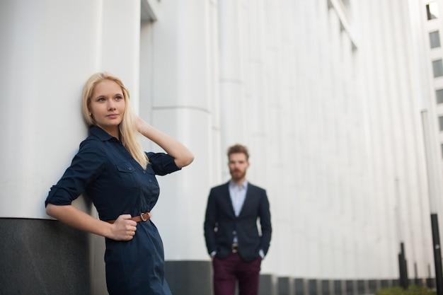 Młoda piękna dziewczyna czeka na swojego młodego mężczyznę.