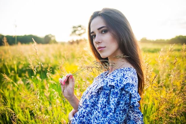 Młoda piękna dziewczyna europejskiej w wystawiającym słońcu