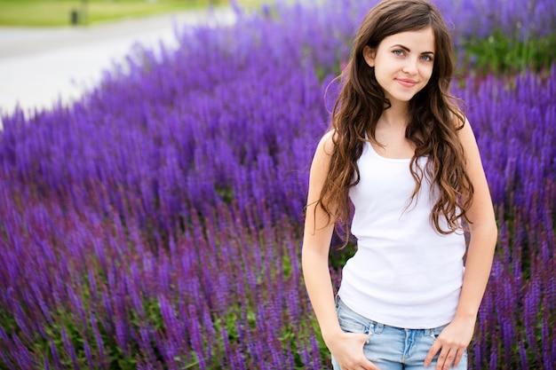 Młoda piękna dziewczyna na lawendy polu
