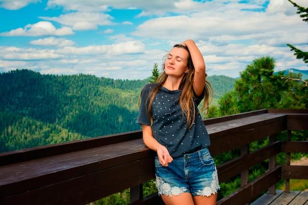 Młoda piękna dziewczyna na piękny górski krajobraz latem