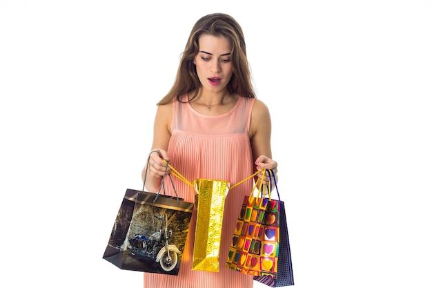 Młoda piękna dziewczyna niespodzianka trzyma paczki sklepów ckoseup