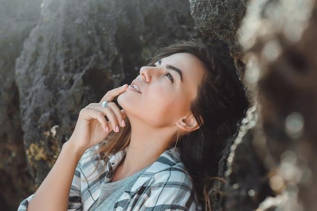 Młoda piękna dziewczyna pozuje na plaży, oceanu, fale, jasne słońce i opalona skóra