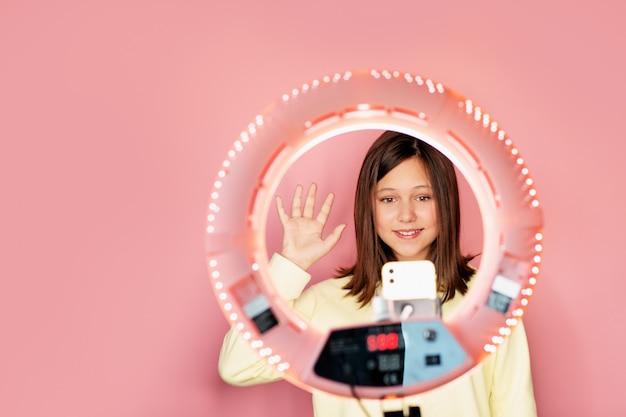 Młoda piękna dziewczyna prowadzi swój codzienny vlog online