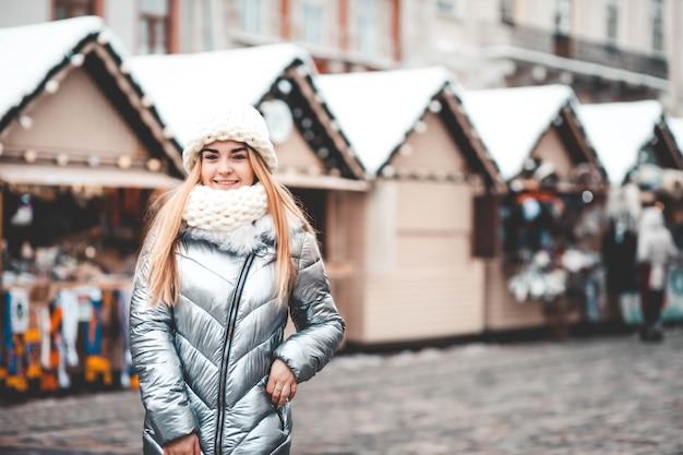 Młoda piękna dziewczyna spaceru na targach bożonarodzeniowych