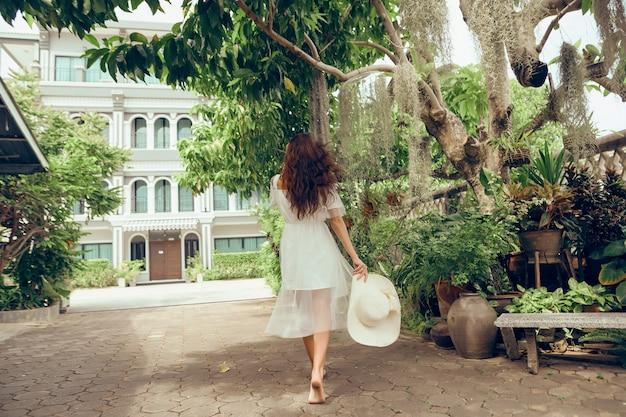 Młoda piękna dziewczyna w białej sukni chodzenia