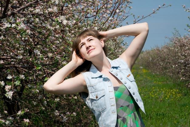 Młoda piękna dziewczyna w kwitnących wiosną ogrodach