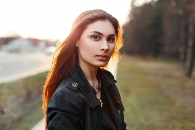 Młoda piękna dziewczyna w słoneczny dzień