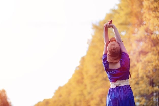 Młoda piękna dziewczyna w sukienki na przyrodę. dziewczyna w kapeluszu spaceruje po parku. młoda kobieta na pikniku z koszem poza miastem.