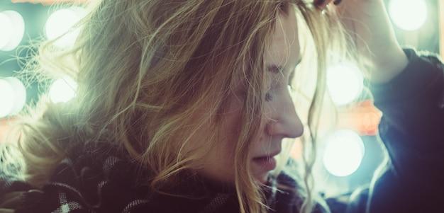 Młoda piękna dziewczyna w światłach