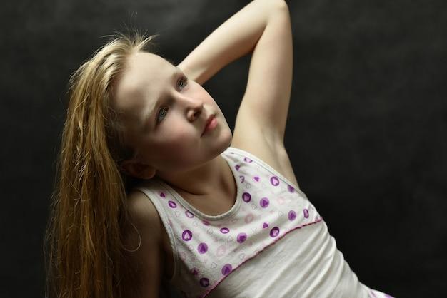 Młoda piękna dziewczyna w trykotowym kostiumu
