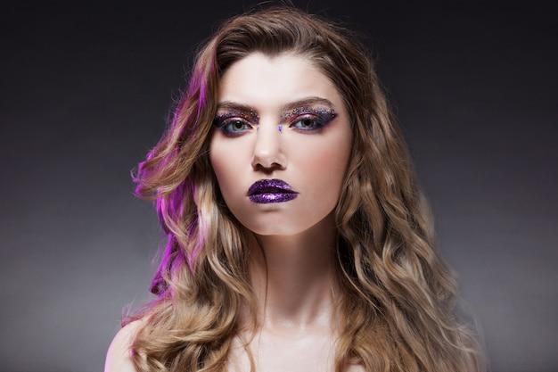 Młoda piękna dziewczyna z kreatywnych makijaż. atrakcyjna blondynka, zbliżenie