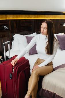Młoda piękna dziewczyna zameldowała się w swoim pokoju w luksusowym hotelu. turystyka i rekreacja.