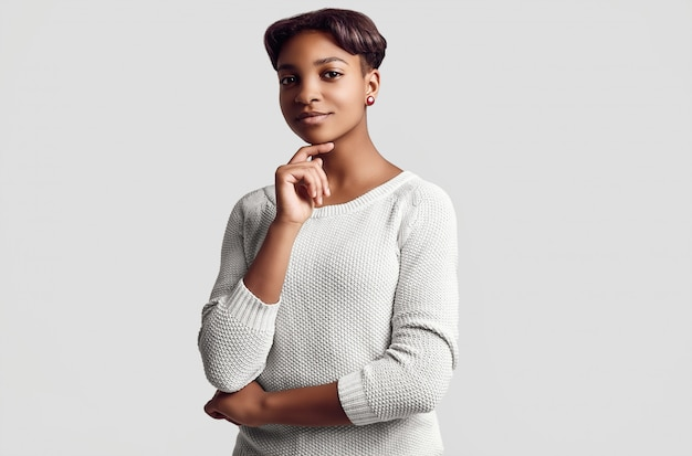 Młoda piękna hipster czarna dziewczyna z krótkimi włosami w białym swetrze