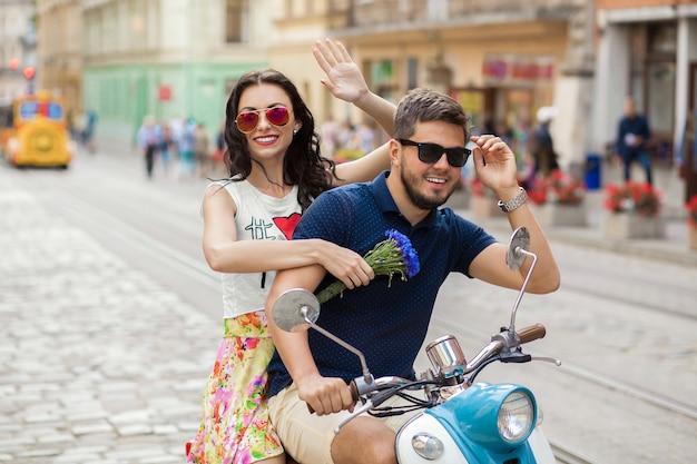 Młoda piękna hipster para jedzie na motocyklu ulicy miasta