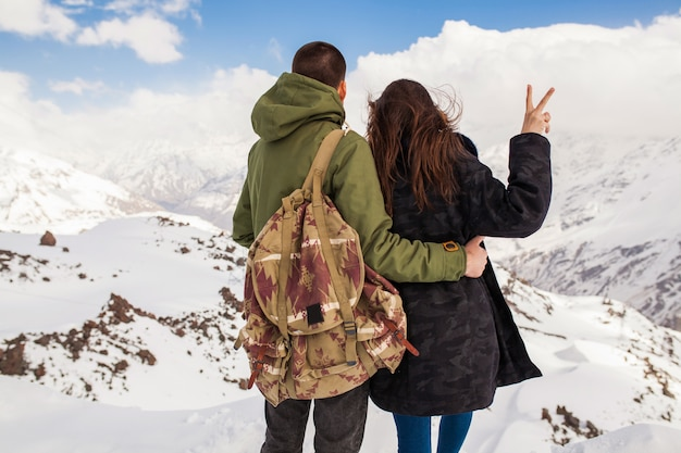 Młoda piękna hipster para piesze wycieczki w góry, podróże zimowe wakacje, kobieta mężczyzna zakochany widok z tyłu