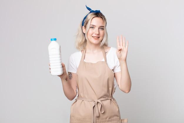 Młoda piękna kobieta albinos uśmiechnięta i wyglądająca przyjaźnie, pokazująca numer cztery z butelką mleka