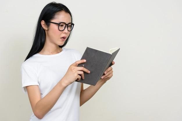 Młoda piękna kobieta azjatyckich frajerem na białym tle okulary